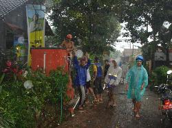 Warga RW 3 Desa Melung tengah melakukan gotong royong untuk membangun sarana air bersih